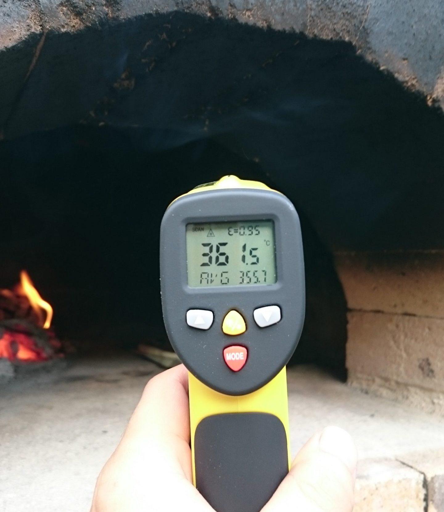 ピザ窯の温度を測定している